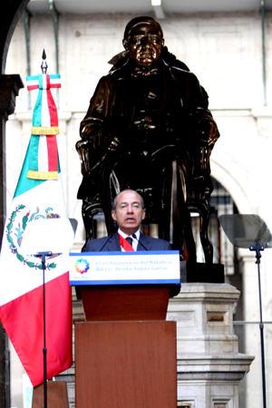 Al encabezar el 206 aniversario del natalicio de Benito Juárez García, el titular del Ejecutivo federal consideró que es la hora de las transformaciones profundas, asumir los riesgos de esos cambios y de rechazar toda tentación autoritaria.