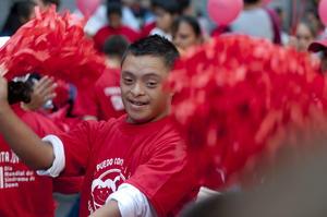 El síndrome de Down es una combinación cromosómica natural que siempre ha formado parte de la condición humana, existe en todas las regiones del mundo y habitualmente tiene efectos variables en los estilos de aprendizaje, las características físicas o la salud.