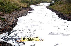 """La cascada """"El Salto de Juanacatlán"""" recibe las aguas del Río Santiago, donde la toxicidad, el olor pútrido que emite, la espuma nociva y la ausencia de vida silvestre en sus inmediaciones, manifiestan un desastre ambiental."""