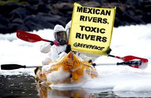"""""""La polución hídrica perjudica directamente a las comunidades que viven en las inmediaciones de los ríos, lagos y otros afluentes porque provoca daños a la salud e infecta las fuentes de alimentos"""", señaló Gustavo Ampugnani, director de campañas de Greenpeace México."""