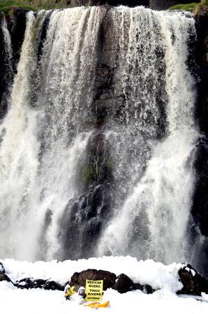 Activistas de Greenpeace exigieron a las autoridades implementar una política de conservación del medio ambiente para los ríos del país.