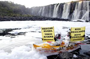 """En el marco de la celebración del Día Mundial del Agua, activistas de Greenpeace protestaron en la cascada """"El Salto de Juanacatlán""""."""