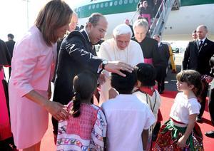 Benedicto XVI saludó a niños y adultos que esperaban su arribo en el aeropuerto.