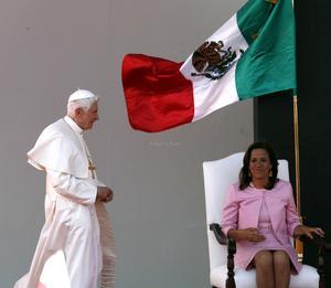 El presidente Felipe Calderón dió la bienvenida al Papa,  y aseguró que al pueblo mexicano le regocija que haya aceptado la invitación para venir a México.