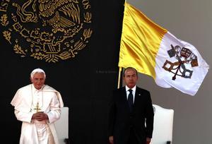 El papa Benedicto XVI aseguró que rezará por quienes sufren a causa de antiguas y nuevas rivalidades, resentimientos y formas de violencia en México.