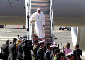En el aeropuerto ya está esperando el presidente mexicano, Felipe Calderón.