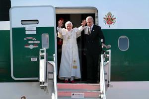 El avión del Pontífice, un Boeing 777 de la compañía Alitalia, aterrizó a las 16.12 hora local (22.12 GMT) en el aeropuerto internacional del Bajío, a las afueras de la ciudad de Silao, en el estado central de Guanajuato.