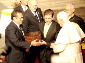 El sucesor 265 de Pedro, Benedicto XVI, recibió las llaves de esta ciudad zapatera, de manos del alcalde Ricardo Sheffield Padilla.