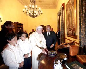 El Gobierno de México informó de que ambos Jefes de Estado, reunidos con sus comitivas en la Casa del Conde Rul, en la capital de Guanajuato, intercambiaron puntos de vista sobre asuntos como el cambio climático, la seguridad alimentaria, la prevención ante desastres naturales y la ayuda humanitaria.