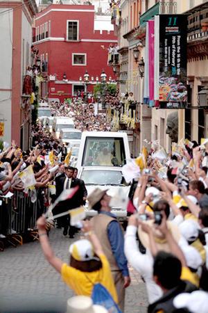 El convoy avanzó hacia la avenida Euquerio Guerrero, Tres Marías, acceso Diego Rivera, Paseo de la Presa, Embajadoras y Sangre de Cristo. Las campanas repicaron ante el jefe de la Iglesia católica, quien saludaba a todos los creyentes ahí reunidos.