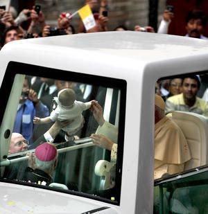 Más de tres mil niños despertaron grandes sonrisas al Papa Benedicto XVI durante su trayecto por Guanajuato, donde en ningún momento escondió la ternura y el amor por los infantes que le manifestaron su entusiasmo, alegría y cariño.
