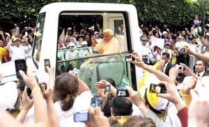 El Papa saludó a miles de personas que salieron a las calles de Guanajuato.