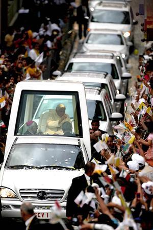 """""""El Papa está muy contento por su encuentro con el pueblo de México. Tuvimos más de un millón de personas hoy de nuevo con el Papa, en Guanajuato y en León esta tarde, de la Puerta del Milenio al Miraflores, un número increíble de personas"""", mencionó."""