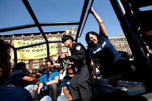 Los activistas que escalaron el edificio fueron detenidos por policías capitalinos para que se determinara si violaron alguna norma local con la acción, mientras que el resto de sus compañeros continuaba con la manifestación en la plancha del Zócalo.