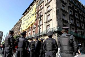 Como parte de la protesta, miembros de Greenpeace escalaron el muro del edificio que ocupa el Gran Hotel de la Ciudad de México para desplegar una manta con sus demandas.