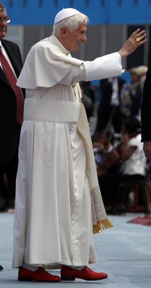 El Papa Benedicto XVI saluda a su llegada hal aeropuerto José Martí de la ciudad de La Habana.