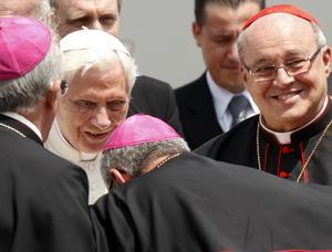El Papa Benedicto XVI es recibido por el cardenal de cuba, Jaime Ortega.