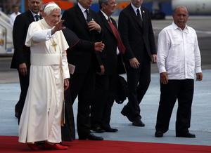 Benedicto XVI llega  al aeropuerto José Martí de la ciudad de La Habana, procedente de Santiago de Cuba.
