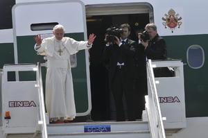 El Papa Benedicto XVI se despide de los fieles en el aeropuerto Antonio Maceo de Santiago, al oriente de Cuba.