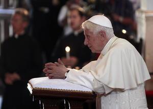 Benedicto XVI ora  durante su visita al Santuario de la Virgen de la Caridad del Cobre, en Santiago de Cuba.