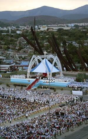 """Fotografía aéreadurante la misa ofrecida por el Papa Benedicto XVI en la plaza """"Antonio Maceo"""" de Santiago de Cuba."""