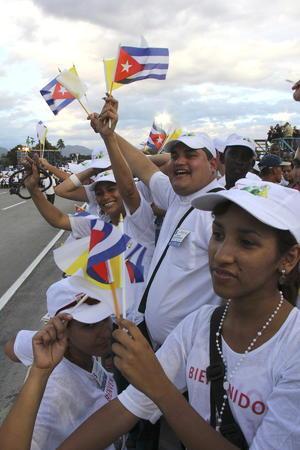 Miles de cubanos, muchos venidos de fuera de la isla, participan en esta ceremonia, que es el primer acto multitudinario de la visita del pontífice a la isla.