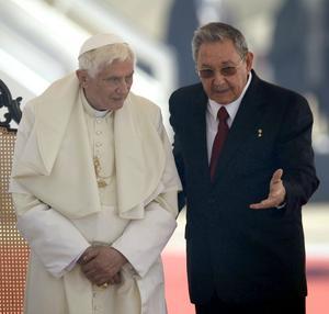 El Papa Benedicto XVI  a su llegada a Cuba fue recibido por el presidente Raúl Castro.