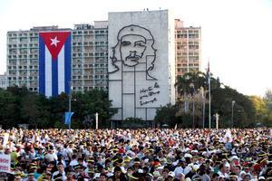 """Cientos de miles de cubanos asistieron a la misa del papa Benedicto XVI en la emblemática Plaza de la Revolución de La Habana, donde la dificultad para ver al pontífice bajo el sol y entre una marea de parasoles fue el gran """"reto"""" de los peregrinos."""
