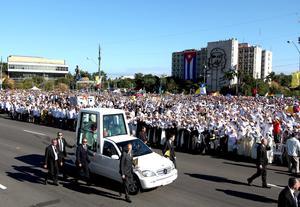 Benedicto XVI arribó en el papamóvil a la  Plaza de la Revolución José Martí, saludando a las miles de personas reunidas.