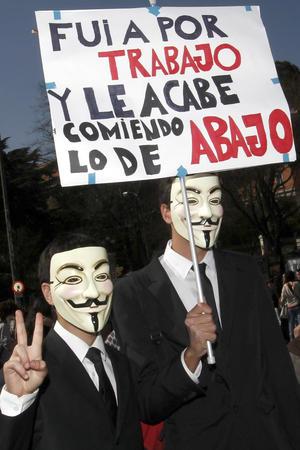 Los jóvenes enmascarados participan en la protesta juvenil contra la reforma laboral.