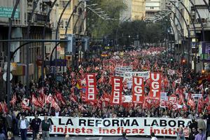 La huelga general convocada por las centrales Unión General de Trabajadores (UGT) y Comisiones Obreras (CCOO) protesta contra la reforma laboral del gobierno de Mariano Rajoy que abarata los niveles de indemnización por despido.