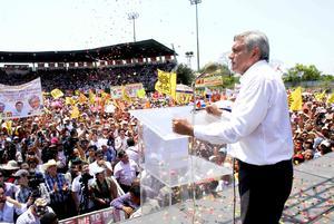 Al arrancar con los mítines de su campaña por la Presidencia en Macuspana, en su tierra natal, Andrés Manuel López Obrador asumió el compromiso de entregar todo su corazón para combatir la pobreza, la inseguridad y lograr justicia para los mexicanos.