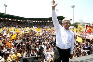"""El candidato del PRD, Andrés Manuel López Obrador tuvo un acto en Macuspana, Tabasco, donde se comprometió a """"entregar mi corazón por el pueblo de México""""."""