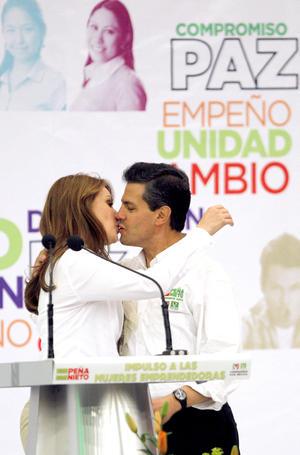 """En la Expo Guadalajara, Angélica Rivera pidió a las mujeres de México darle al abanderado de la Coalición """"Compromiso por México"""" la oportunidad de confiar en él."""