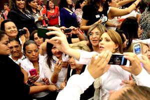 Angélica Rivera, esposa del candidato presidencial del Partido Revolucionario Institucional (PRI), habló por primera vez en un acto masivo encabezado por Enrique Peña Nieto.