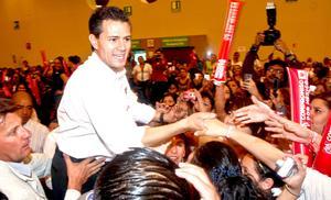"""El priista Enrique Peña Nieto arrancó en Guadalajara con una marcha y un acto masivo donde calificó a las instituciones del gobierno como """"débiles y desacreditadas por la ineficacia y la corrupción""""."""
