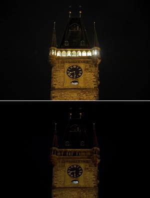 La torre de la alcaldía en el centro histórico de Praga apagó sus luces.