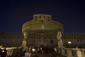 En Roma, El Catillo Sant'Angelo lució en penumbras como parte de la Hora del Planeta.