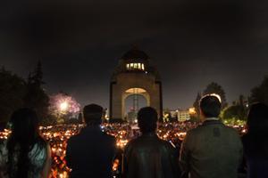 Monumentos y edificios emblemáticos de la Ciudad de México se sumaron a la celebración mundial de La Hora del Planeta y apagaron sus luces durante una hora para animar a que el mundo tome conciencia sobre el cambio climático.