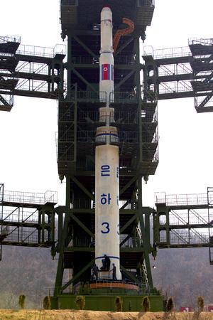 Corea del Norte anunció planes para lanzar a mediados de abril un satélite de comunicaciones a bordo de un cohete trifásico, en conmemoración del centenario del nacimiento del fundador de Corea del Norte Kim Il Sung.