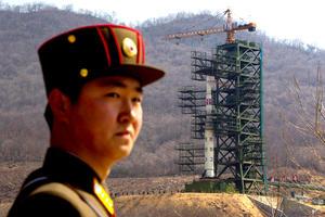Los funcionarios espaciales norcoreanos trasladaron las tres fases de un polémico cohete de largo alcance a la plataforma de lanzamiento.