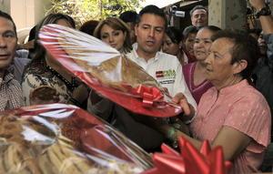 El aspirante presidencial por el Partido Revolucionario Institucional (PRI), Enrique Peña Nieto visita una fábrica tradicional de dulces ubicada en la ciudad de Hermosillo, como parte de su campaña electoral para los comicios del 1 de julio.