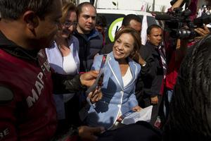 Josefina Vázquez Mota, candidata del PAN a la Presidencia de la República, realizó volanteo de propaganda proselitista en la caseta de peaje de la carretera México-Cuernavaca.