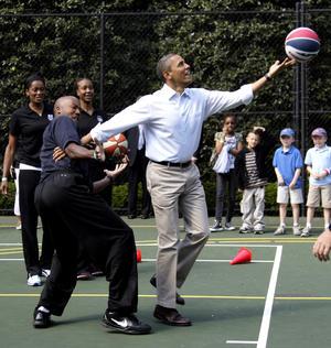 Obama necesitó ocho intentos para encestar el balón.