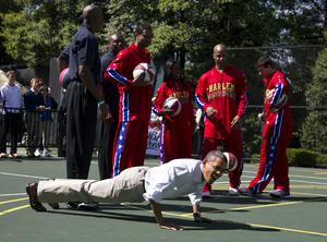 En la cancha de baloncesto, Obama jugó a encestar canastas con un grupo de niños y los Harlem Globetrotters.