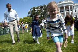 El acontecimiento anual, incluye carreras en busca de huevos pascuales escondidos en la hierba de los jardines de la Casa Blanca.