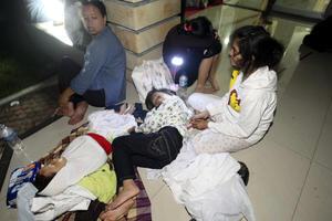 Horas después del terremoto, aún había personas fuera de sus casas y oficinas, temerosas de entrar.