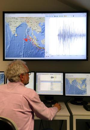 El Servicio de Estudios Geológicos de Estados Unidos dijo que el primer terremoto, de magnitud 8.6, ocurrió a 435 kilómetros (270 millas) de la capital provincial de Ache, Banda Ache.