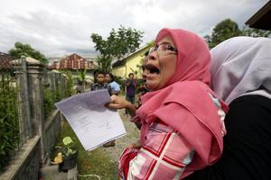 Mujeres y niños se veían llorando en las calles de la provincia de Ache, donde aún se recuerda el tsunami de 2004 que dejó 170 mil muertos tan sólo en esa provincia.