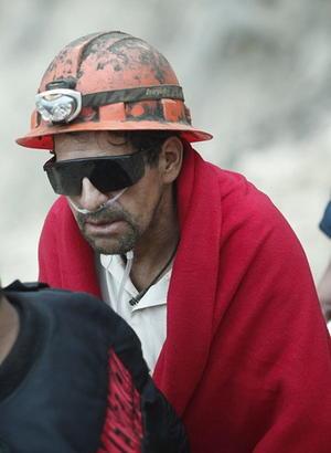 La mina se encuentra encerrada entre altos cerros, desérticos y pedregosos, que hacen que la distancia al primer centro poblado no se pueda recorrer por las ambulancias en menos de tres horas.